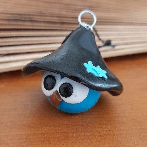 Grigri oiseau bleu avec un chapeau