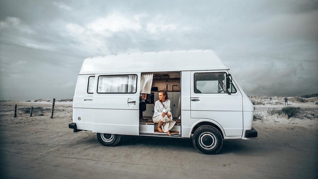 Frau im Wohnmobil an der Ostsee