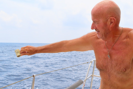 maar de wind gaat eruit, snel een druppie rum voor Neptunus