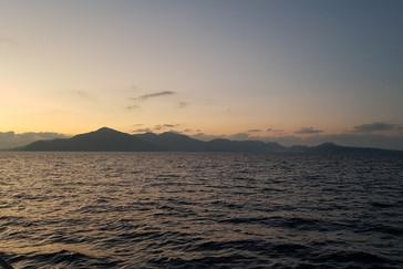 Bij avond ronden we de kop van Sumatra