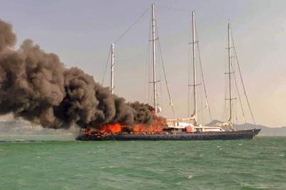 en intussen een flinke brand op dit prachtige schip