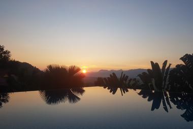 en 's avonds prachtig uitzicht vanuit het terras en de pool