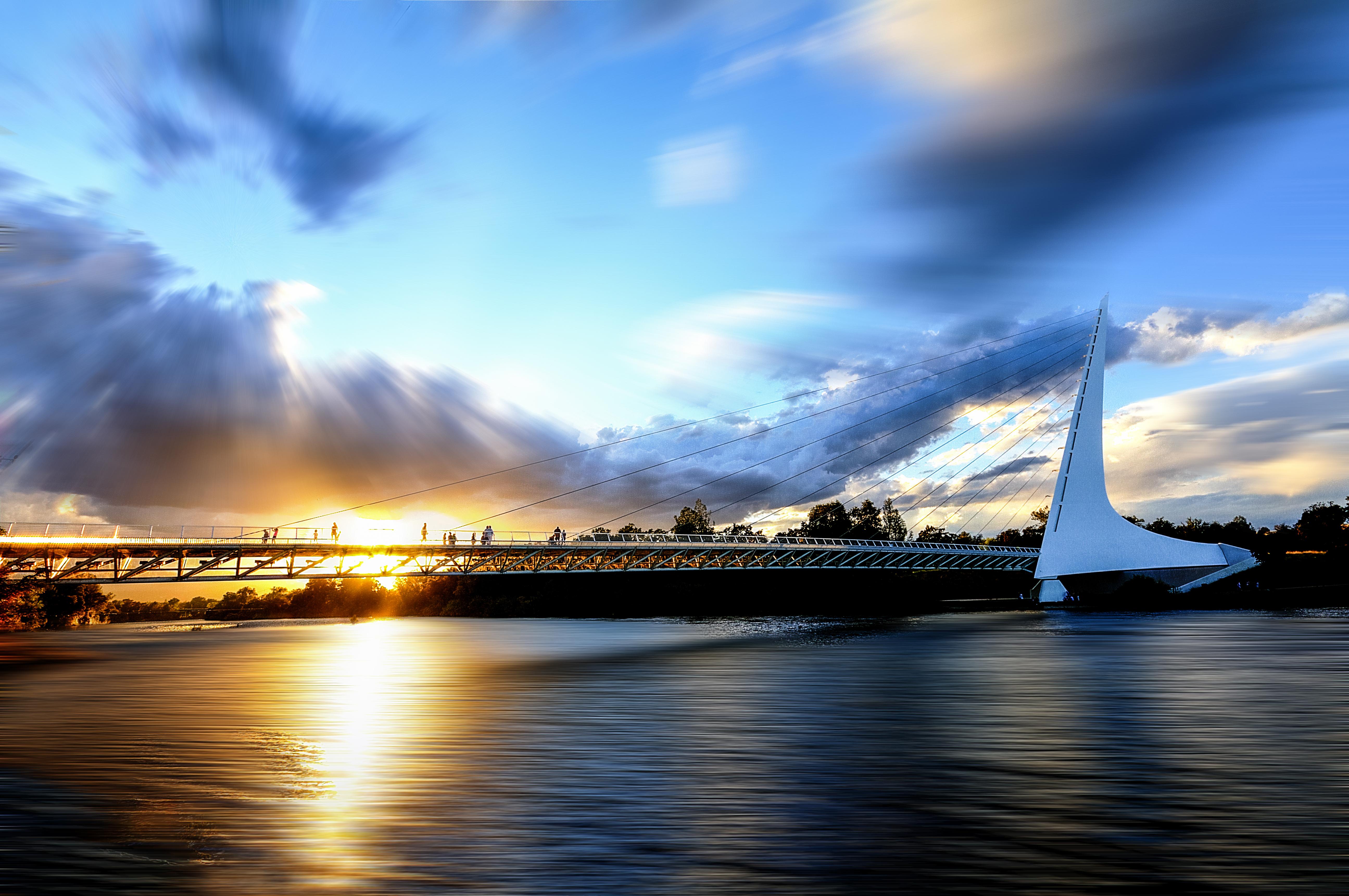 Sun_Dial_Bridge,_Redding,_CA,_USA.jpg