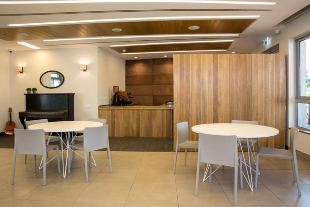 מבט מחדר האוכל אל בית הקפה