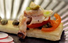 Salata od hobotnice na brusketi Octopus salad bruschetta