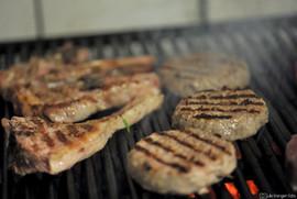Fino&Vino janjeći kotlet i janjeća pljeskavica pečena na roštilju na drveni ugljen Fino&Vino lamb chops and lamb hamburger
