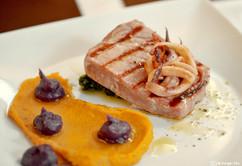 Tuna odrezak i lignja na žaru Tuna steak and grilled squid