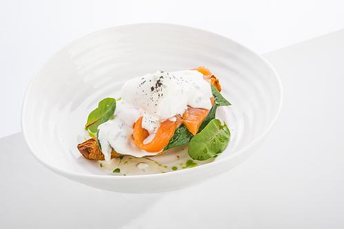 Яйцо Бенедикт с лососем и соусом Блю-чиз