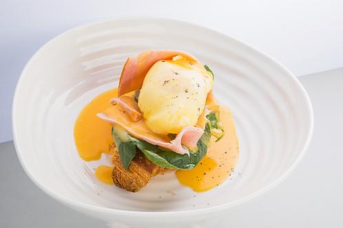 Яйцо Бенедикт с окороком и голландским соусом