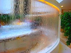 Водопады по акриловому стеклу, по нитям и по различным покрытиям