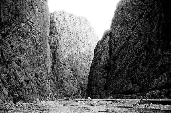 Todra water and cliffs.jpg