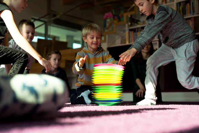 Warsztaty żonglerskie dla dzieci.