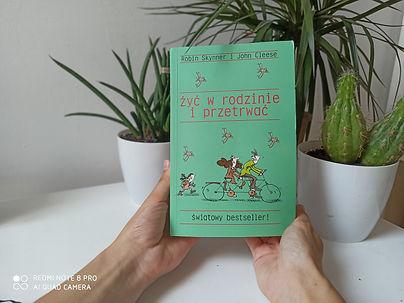 """""""Żyć w rodzinie i przetrwać"""" Recenzja książki Robina Skynnera i Johna Cleesa"""