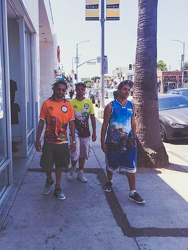 Grupo OPNI caminhando pelas ruas de Los Angeles usando as camisas da coleção UNIEX by OPNI
