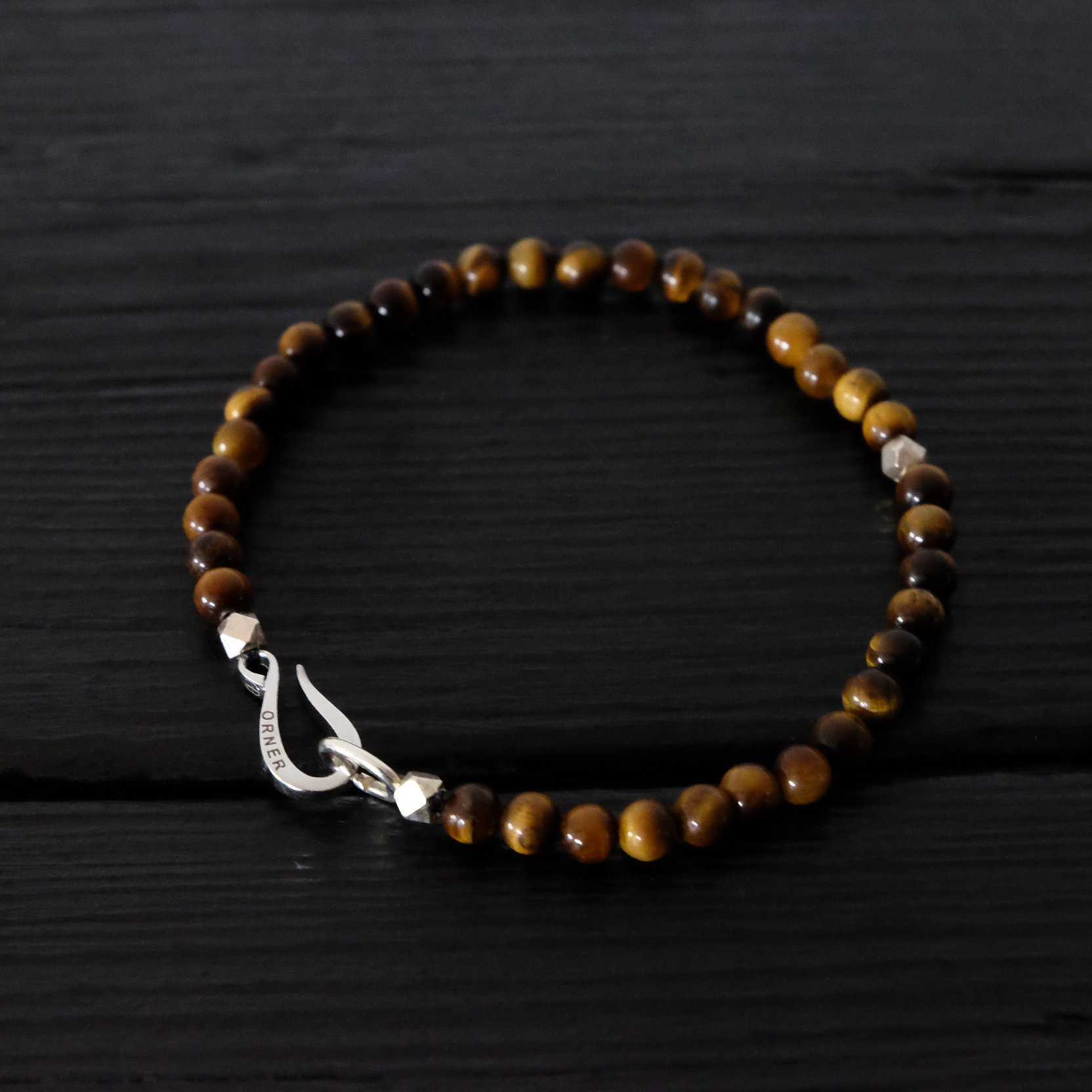 Bracelet composé d\u0027un crochet Orner façonné dans l\u0027argent 925, poinçonné de  notre croix solaire, symbole d\u0027harmonie, de 3 éléments en argent facettés  et de