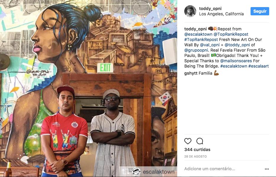 Toddy e Val após finalizarem o mural na parede do bar Escala K-Town, no bairro Koreatown de Los Angeles.