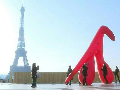 Felfújható csikló került az Eiffel-torony elé