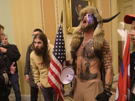 Tramp melegjei elhatárolódtak a leszbikus tetkós sámántól