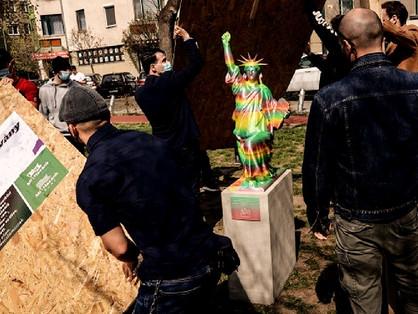A Fidesz megmondóembere ledöntené a szivárványos BLM-szobrot