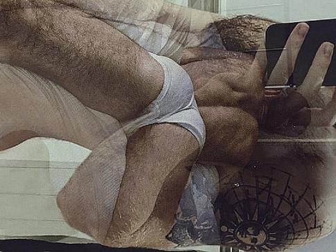 A pillanat, amikor két férfi teste eggyé válik