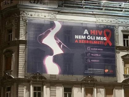 """""""A HIV nem öli meg a szerelmet!"""" – hirdeti egy óriásplakát a Deákon"""