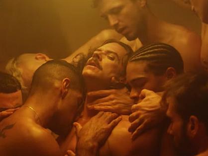Orgia közben egy meleg szaunában