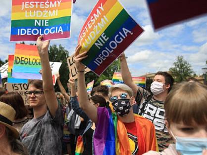 Melegek ellen gyűjt aláírásokat a lengyel katolikus egyház