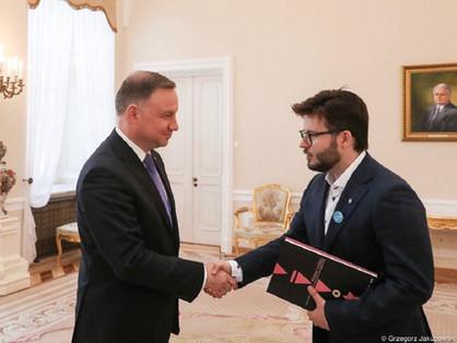 Meleg aktivista filmrendezőt fogadott a lengyel elnök
