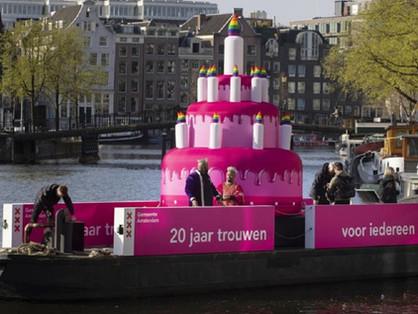 Egy óriási rózsaszín tortát úsztattak Amszterdam csatornáin