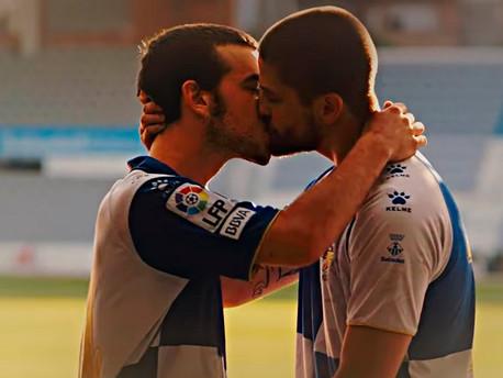 Két meleg futballista megható szerelmi története