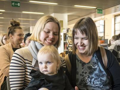 A finn gyerekeknek már születésükkor lehet két anyukájuk