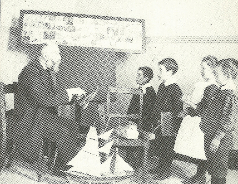 Gerrit van Asch teaching children in the classroom