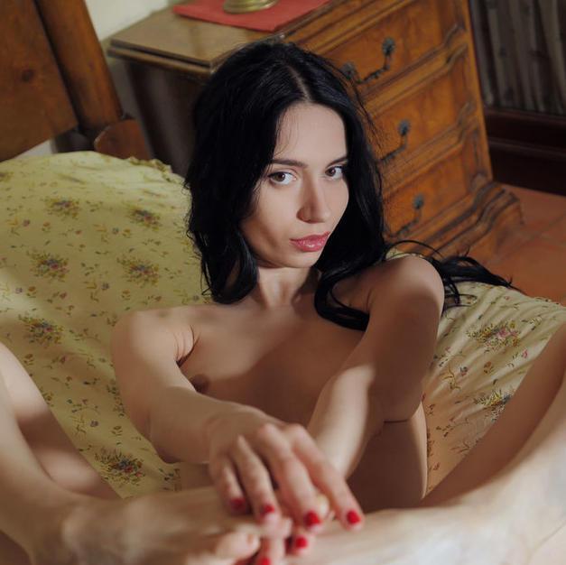 Dita V, una modella nuda di appena 18 anni con la fighetta depilata