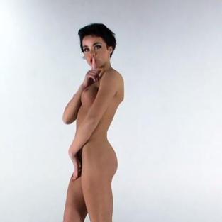 Raykina, una stripper ucraina con i capelli corti e belle tette fa uno strip tease nuda in un video porno HD