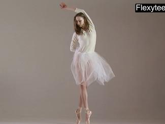 Una giovane e bella ballerina bionda si esibisce nuda in un eccitante spettacolo di danza