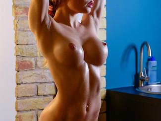 Emma Jomell, modella nuda di 18 anni con un passato da ginnasta super sexy