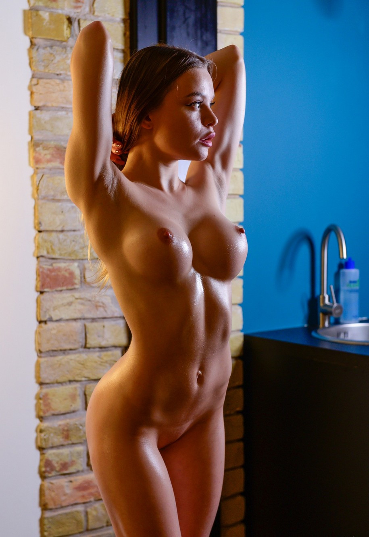 Emma Jomell, ginnasta nuda, 18 anni, diciottenne nuda, tettona, belle tette, met art, modella nuda, modelle nude, modelle porno, sport femminile, sportive nude, atlete nude, vivienne midiga