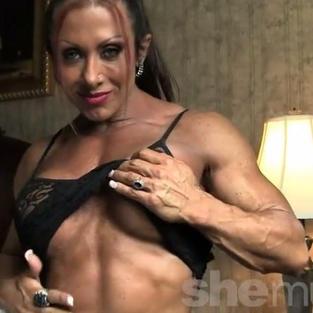 La escort muscolosa e pornostar Monica Martin in uno sensuale spogliarello come milf porno e tettona