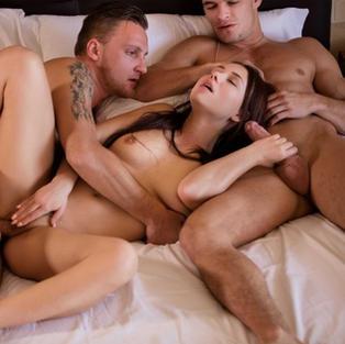 La Corsa in Bicicletta, un film porno HD di sesso a tre con due ragazzi e Taylor Sands