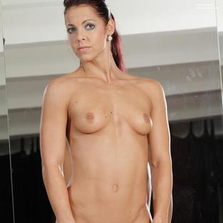 Ginnaste Porno: La piccola e stretta figa della ginnasta nuda Eva mentre fa sport nuda