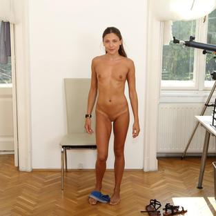 Ragazzine Nude: La ragazzina diciottenne Talia Mint prende il sole e si sgrilletta con un vibratore