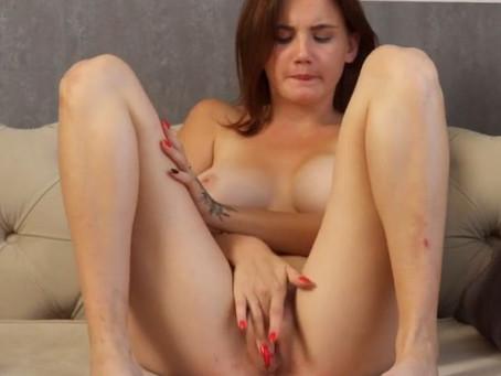 Il casting della figa vergine Galinka, bella giovane tettona che si masturba in un video porno