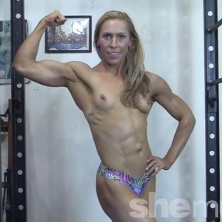 Una bella milf palestrata e biondina si allena in palestra in topless e perizoma