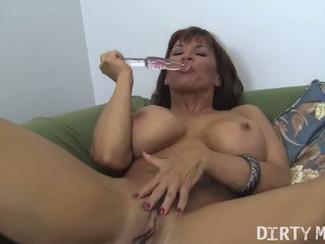 La pornostar fitness e MILF Devon Michaels in una masturbazione femminile con vibratore