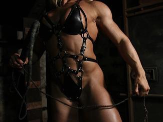 Lisa Cross è una eccitante porno milf muscolosa e slave pronta per essere frustata