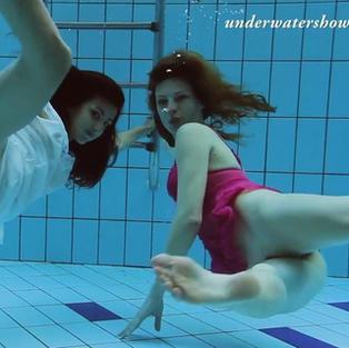 Nude Teenager: Due belle e giovanissime ragazze lesbiche nuotano nude in piscina