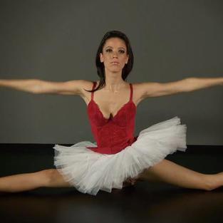 Ballerine Nude. Una bella figa diciottenne si esibisce come ballerina senza slip e con il culetto nudo
