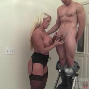 La pornostar e bodybuilder milf Alura Jenson fa un pompino al fidanzato muscoloso