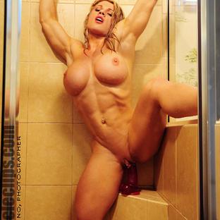 Melissa Dettwiller ci mostra i piercing al grosso clitoride