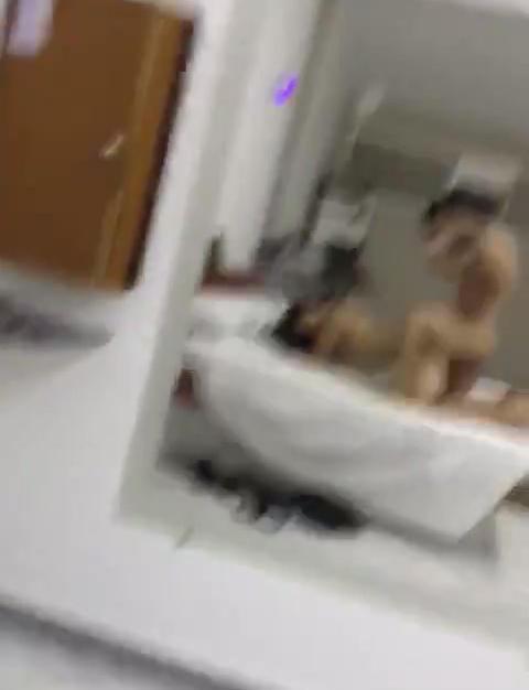 Fidanzata viene filmata dal ragazzo brasiliano dotato mentre si fa scopare a pecorina